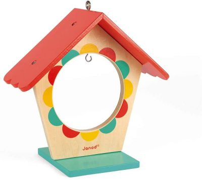 Ova Janod drvena hranilica za ptice je odličan način da podstaknemo decu da bolje upoznaju svoje pernate prijatelje. Ovu divnu hranilicu za ptice možete okačiti da visi ili je postaviti na prozorsku platformu.