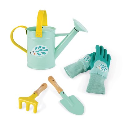 Janod baštenski set.Ovaj baštenski set za decu sadrži kantu za zalivanje,grabulju,lopatu i par rukavica.Namenjen deci koja mnogo vremena provode napolju.